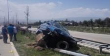 Bariyerlere Çarpan Otomobil Zor Durdu