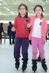 Çocukların Buz Pateni ve Bowling Coşkusu