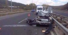Otomobil Bariyerlere Çarptı:4 Yaralı