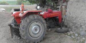 Traktörle Duvara Çarptı: Ağır Yaralandı