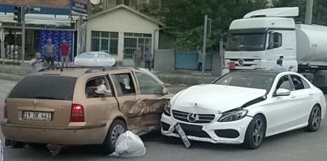 Çorum'da İki Otomobil Çapıştı