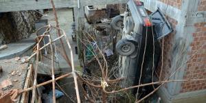 Evin Bahçesine Otomobil Düştü