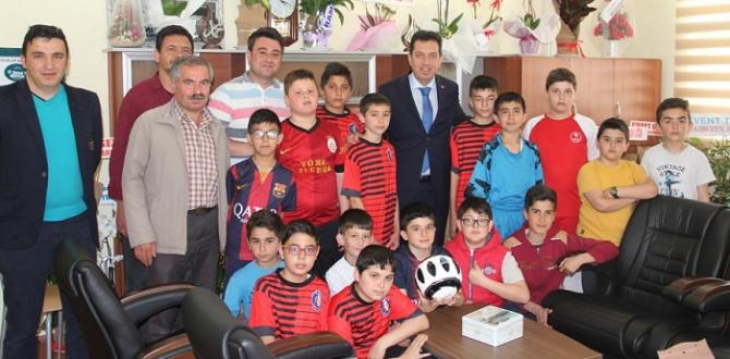 Minik Futbolculardan Başkana Ziyaret