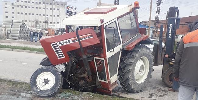 Otomobille Çarpışan Traktör İkiye Bölündü