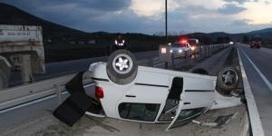 Otomobil Refüje Çarptı : 1 Ağır 3 Kişi Yaralandı