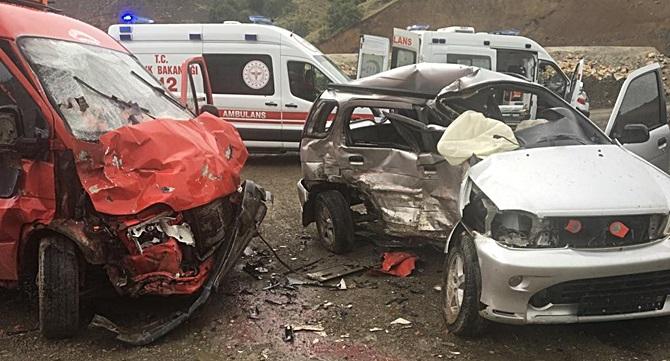 Minibüs ile Jeep Çarpıştı: 13 Kişi Yaralandı