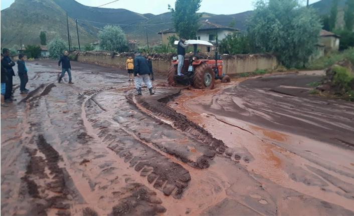 Taşkın Sular Yolu Trafiğe Kapadı
