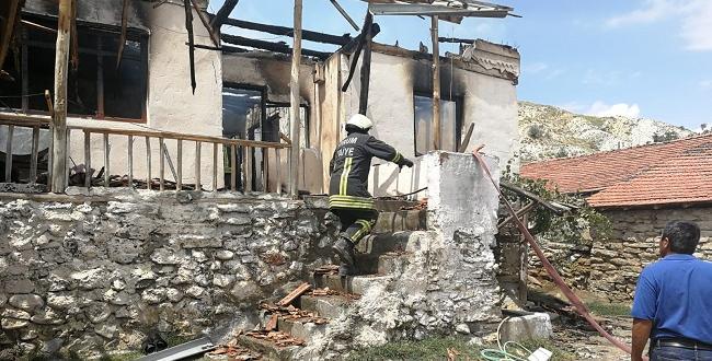 Muhtarın Evi Çıkan Yangında Küle Döndü