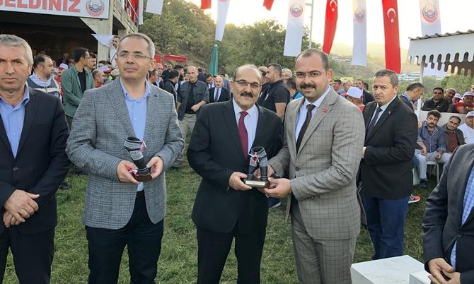 Tosyalılardan Başkan Şen'e Plaket