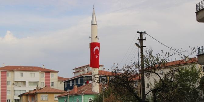 Minareye Türk Bayrağı Astı