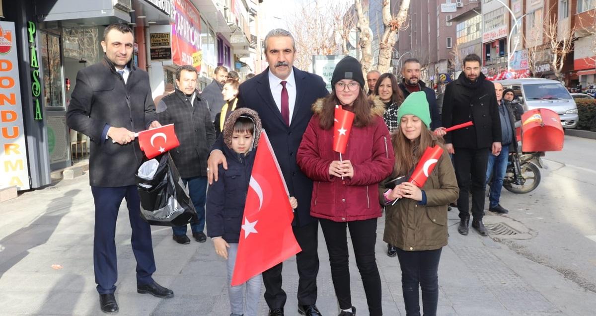 Yunana Tepki İçin, Türk Bayrağı Dağıttılar