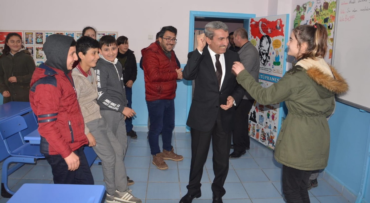 Sarı, Ortaköy Okullarını Gezdi