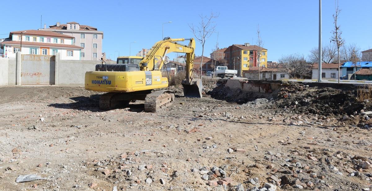 Belediye 3 Katlı Metruk Binayı Yıktı