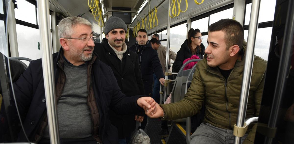Otobüsüne Bindi, Yolcularla Sohbet Etti