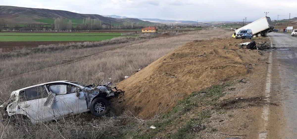 Kamyonla Otomobil Kafa Kafaya Çarpıştı