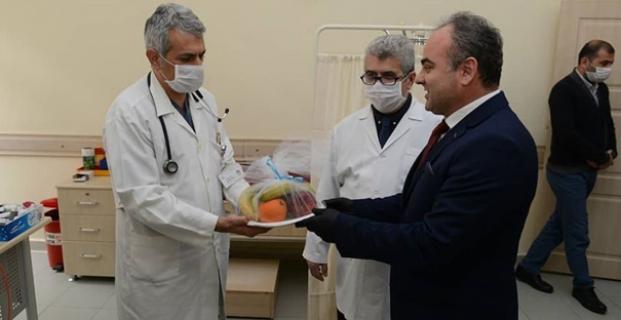 Başkan Aşgın'dan Sağlık Çalışanlarına Meyve Jesti