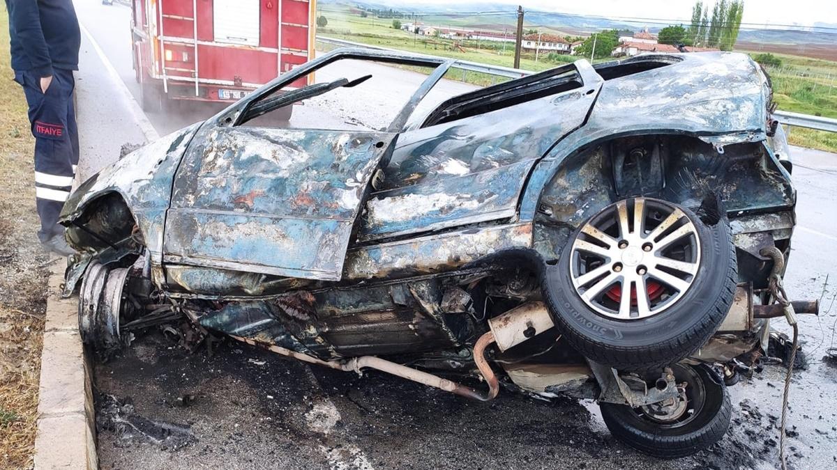 Kaza Yapan Otomobil Yandı: 1 Yaralı
